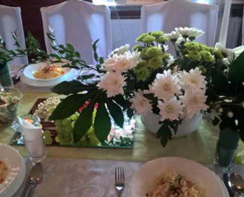 Stoły restauracyjne zdobią zawsze świeże kwiaty