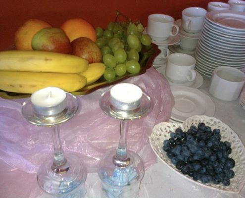 Stół deserowy z owocami kawą i herbatą
